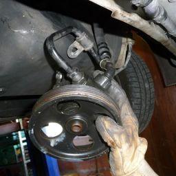 Comment réviser une pompe de direction assistée ?
