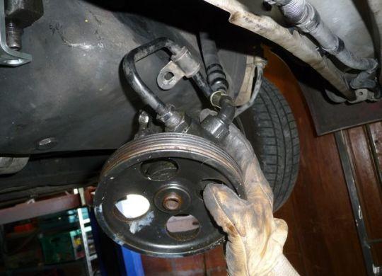Pompe de DA détachée mais avec sa durite d'arrivée toujours attachée.